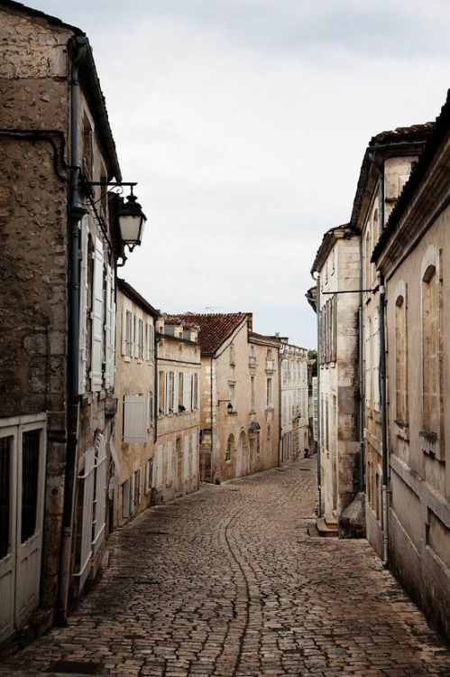 narrow street_France