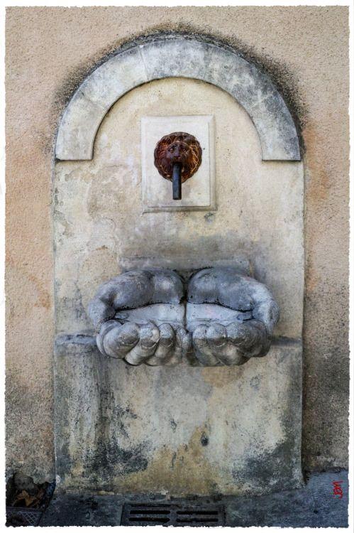 """La """"fontaine aux mains"""", pour le moins atypique, à Cadenet"""