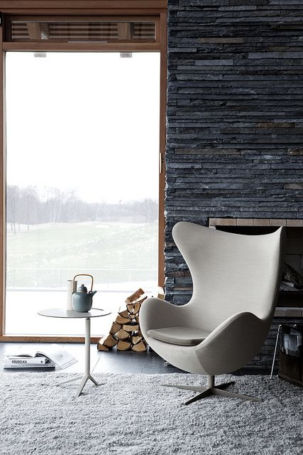 Arne Jacobsen Egg chair and side table by Avant-Scène